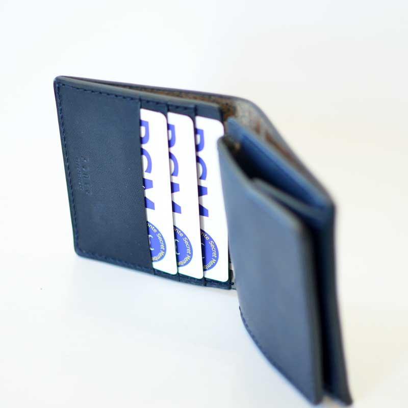 カード類は3枚まで収納可能です。