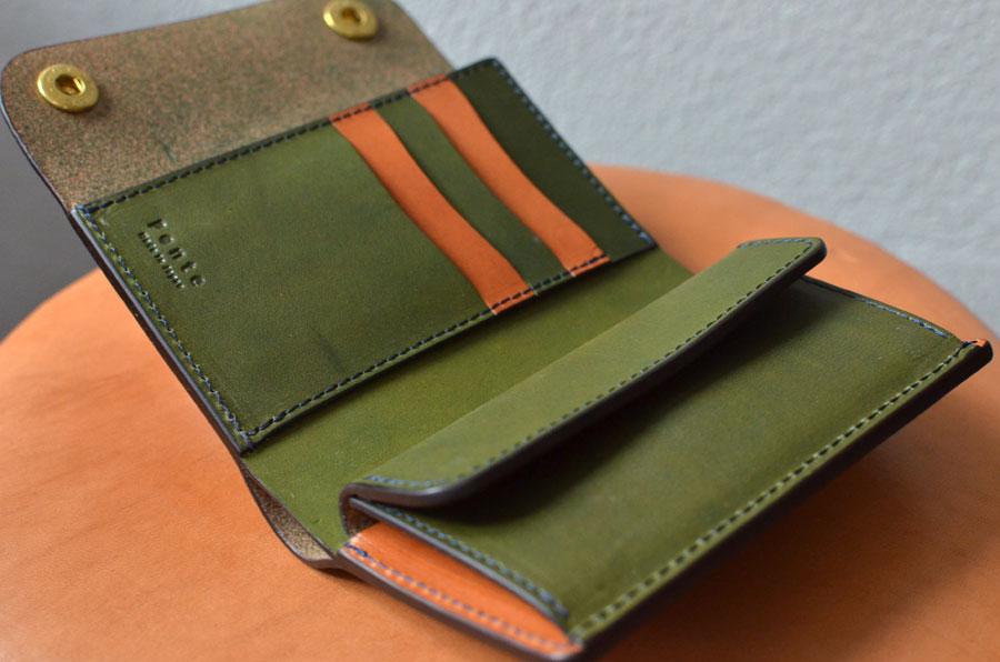 ホック付きミドル財布