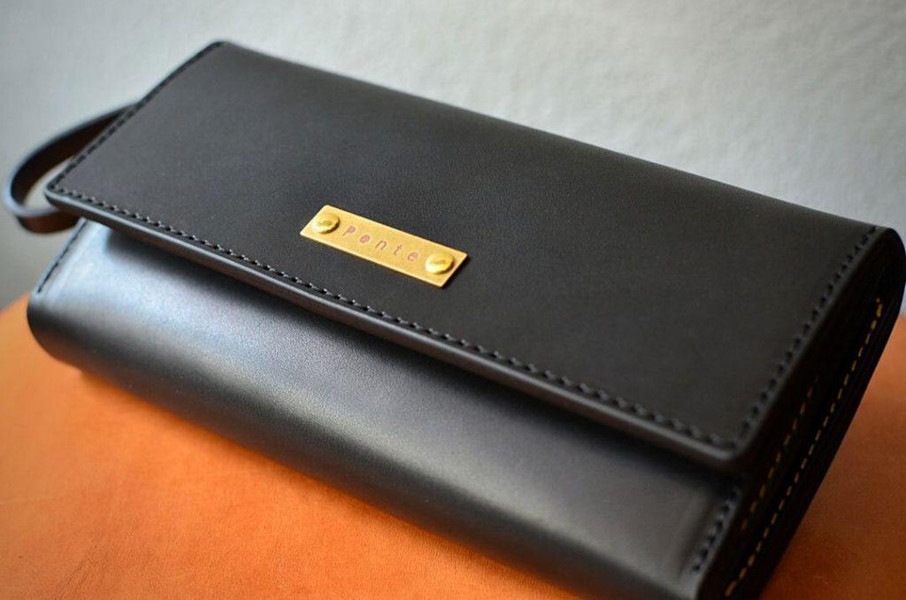 黒い革の大容量長財布