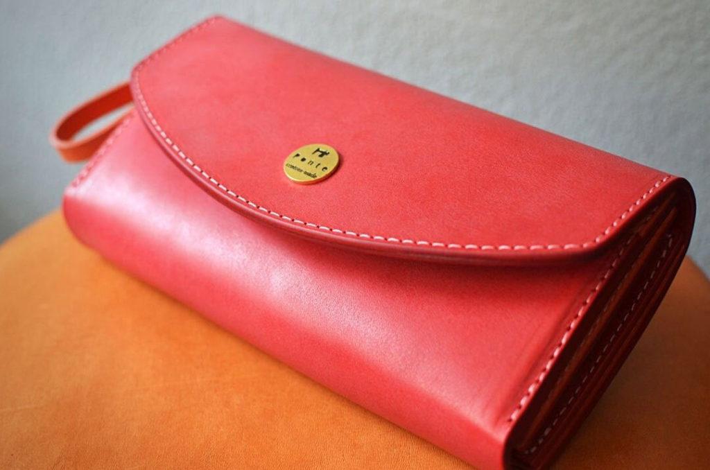 赤い革の大容量長財布