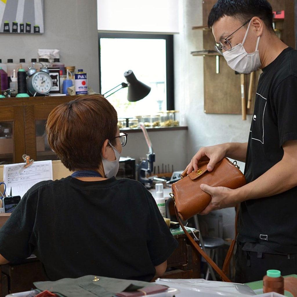 革の鞄の作製風景